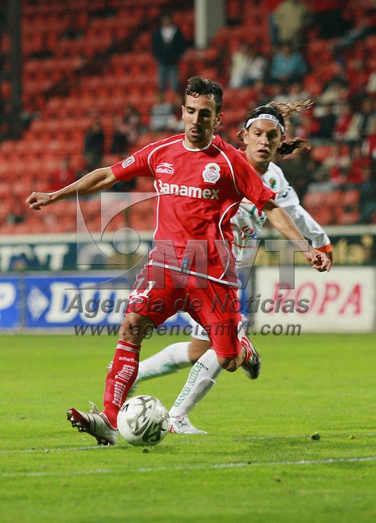 Toluca, Mex.- Vicente Sanchez (11) del equipo Toluca, disputa el bal&oacute;n con Edoardo Isella (25) del equipo Jaguares durante el partido de la jornada 12 del torneo de clausura del futbol mexicano, termiando empatado a 0 goles. Agencia MVT / Mario Vazquez de la Torre. (DIGITAL)<br /> <br /> <br /> <br /> <br /> <br /> <br /> <br /> NO ARCHIVAR - NO ARCHIVE