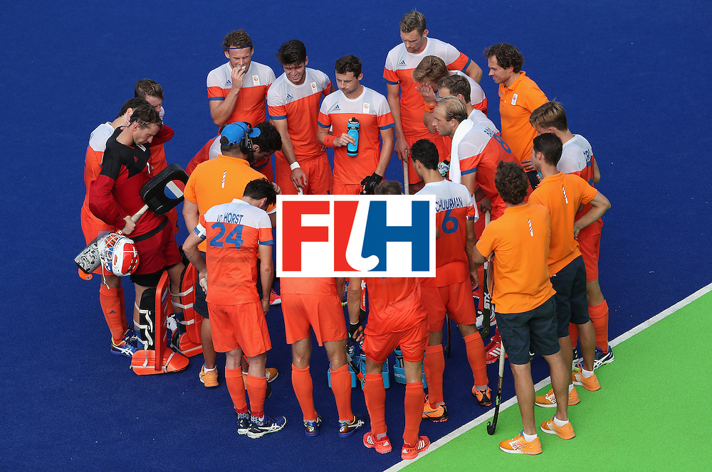 RIO DE JANEIRO, BRAZIL - AUGUST 09:  Netherlands huddle up during a break from the hockey game against Canada on Day 4 of the Rio 2016 Olympic Games at the Olympic Hockey Centre on August 9, 2016 in Rio de Janeiro, Brazil.  (Photo by Christian Petersen/Getty Images)