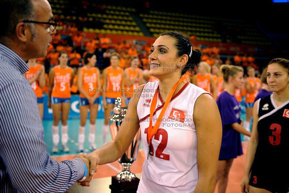20-09-2009 VOLLEYBAL: DELA TROPHY NEDERLAND - TURKIJE: EINDHOVEN<br /> Nederland ook de tweede wedstrijd van Turkije maar ditmaal iets moeizamer 3 -2 / Edzo Doeve en Esra Gumus<br /> &copy;2009-WWW.FOTOHOOGENDOORN.NL