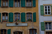 Motos - Vélos - Paul. Enseigne, Grandson, volets verts, géraniums, Geranien, rot, rue principale. © Romano P. Riedo