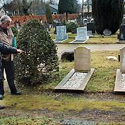 Dhr. Klukkert en Jady Snel bij de Huizer oorlogsgraven op de begraafplaats Naarderstraat Huizen