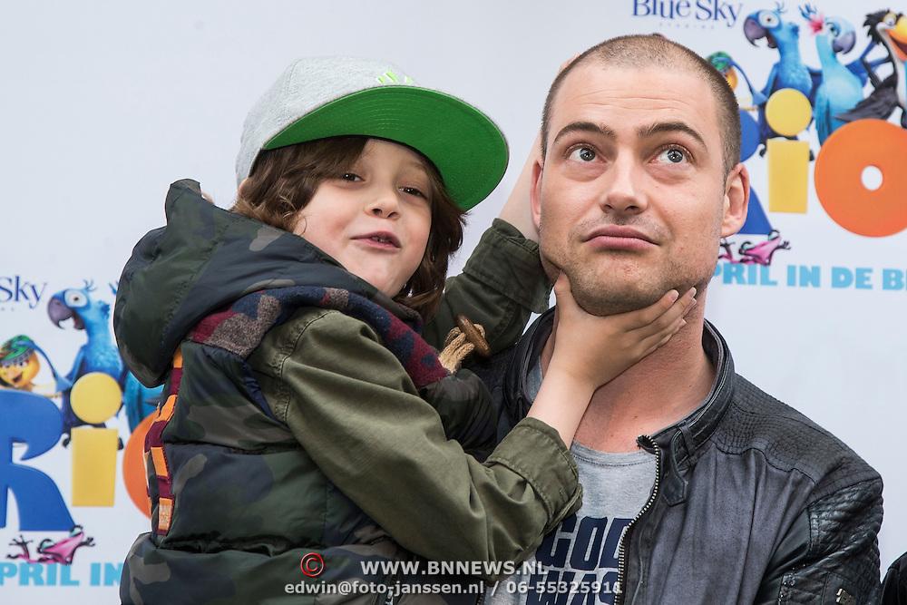 NLD/Amsterdam/20140406 - Inloop filmpremière Rio 2, Lange Frans Frederiks en zoon Willem