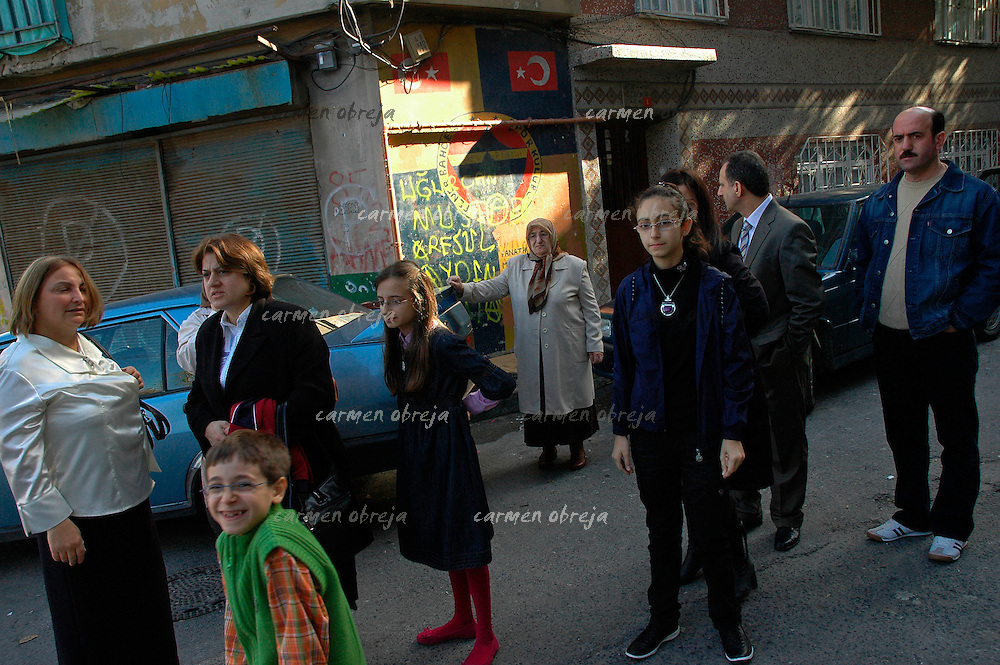 big family in Balat district prepare to go out on Sunday