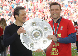 18.05.2019, Allianz Arena, Muenchen, GER, 1. FBL, FC Bayern Muenchen vs Eintracht Frankfurt, 34. Runde, Meisterfeier nach Spielende, im Bild Die Trainer des FC Bayern mit Meisterschale -, Niko Kovac und Robert Kovac // during the celebration after winning the championship of German Bundesliga season 2018/2019. Allianz Arena in Munich, Germany on 2019/05/18. EXPA Pictures © 2019, PhotoCredit: EXPA/ SM<br /> <br /> *****ATTENTION - OUT of GER*****