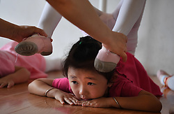 August 2, 2017 - Shucheng, China - A kid does back bend dance exercise. Dance hobbyist Li Ying set up 'Feiyang Dance Centre' 10 years ago to help kids who love dance in Shucheng to realize their dreams. (Credit Image: © Tao Ming/Xinhua via ZUMA Wire)