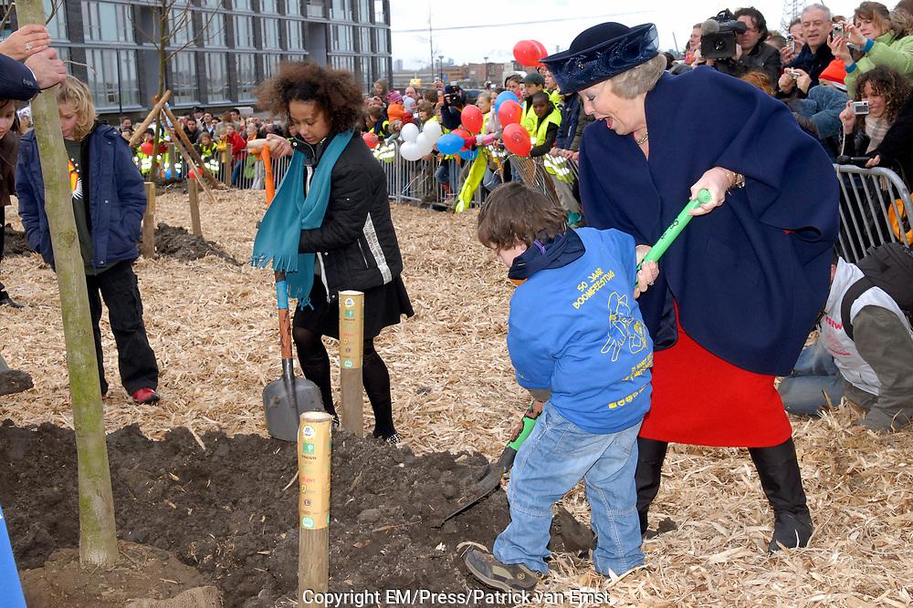 H.M. de Koningin Beatrix is aanwezig bij de viering van het 50 jarig jubileum van de Stichting Nationale Boomfeestdag. De Koningin zal met hulp van 5 kinderen haar boom planten.<br /> <br /> H.M. the queen Beatrix is present at the celebration of the 50 th  jubilees of the foundation national tree (boomfeestdag) . The queen will plant its tree with help of 5 children.<br /> <br /> <br /> Op de foto:  De koningin plant een boom met Pieter de Vries (4),