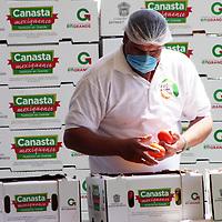 """Coatepec Harinas, Mex.- El GEM puso en marcha el programa """"Fortaleza Alimentaria"""", con el cual se pretende entregar  canastas hotofrutícolas a 300 mil familias.  Agencia MVT / José Hernández."""