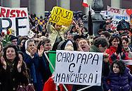 Città del Vaticano 24  Febbraio 2013.L'ultimo  Angelus  di Papa Benedetto XVI..I fedeli  salutano   Papa Benedetto XVI.Vatican City,  February 24, 2013.The last Angelus of Pope Benedict XVI..The Faithful greet Pope Benedict XVI.the banner reads: Dear Pope will miss you