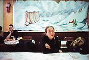 Marie assise dans un café du 20ième arrondissement, attend son amie Natacha.<br /> Les bras croisés , le regard qui interroge, elle semble perdue dans ses pensées? Une toile représentant un décor de montagne, de paysage de neige, derrière elle. Et plus à gauche un homme qui a la main délicatement posée sur sa joue (une pose généralement féminine).<br /> Il donne la main à sa bien-aimée assis devant lui et ferme les yeux. Il y a ce couple derrière elle, et il y a Marie, seule à côté de son manteau posé sur la chaise. Ce pourrait être un film, une représentation, mais toutes les gestuelles sont naturelles, fluides, réels.