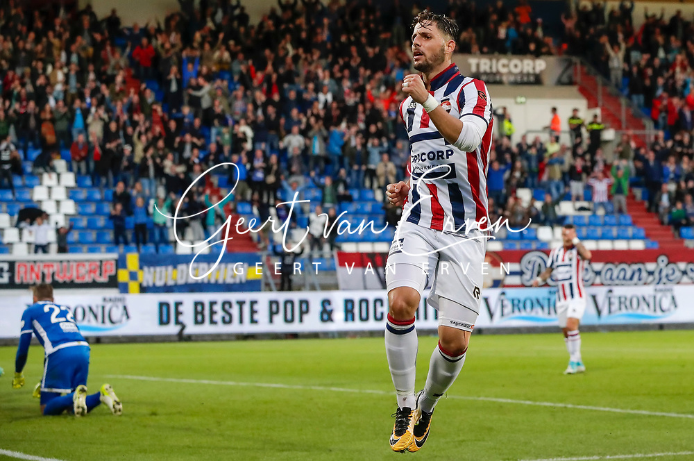 Fran Sol of Willem II scores 1-1