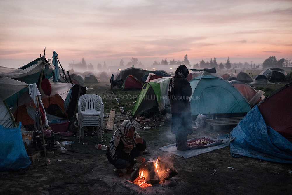 A Muslim woman prays in the early morning at Idomeni refugee camp at the Greek border with Macedonia.<br />