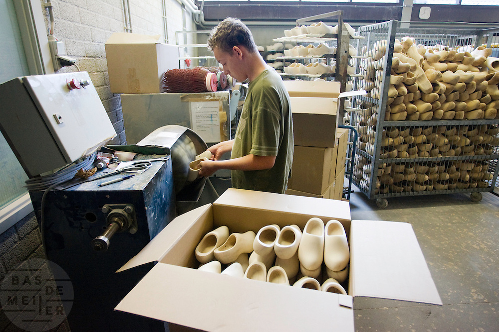 Klompen worden opgeschuurd. Produktie bij de grootste klompenfabriek ter wereld, Klompenfabriek Nijhuis B.V. in Beltrum. Voor de productie van klompen worden speciale en zelf ontwikkelde machines gebruikt. Hoewel het principe al erg oud is, worden de productietechnieken nog steeds verbeterd.<br /> <br /> Wooden shoes are being sanded. Production at the biggest manufacturer of wooden shoes, Klompenfabriek Nijhuis B.V. at Beltrum (NL). For the production special and self developed machines are used. Although the principe of the manufacturing is very old, the techniques are still being improved.