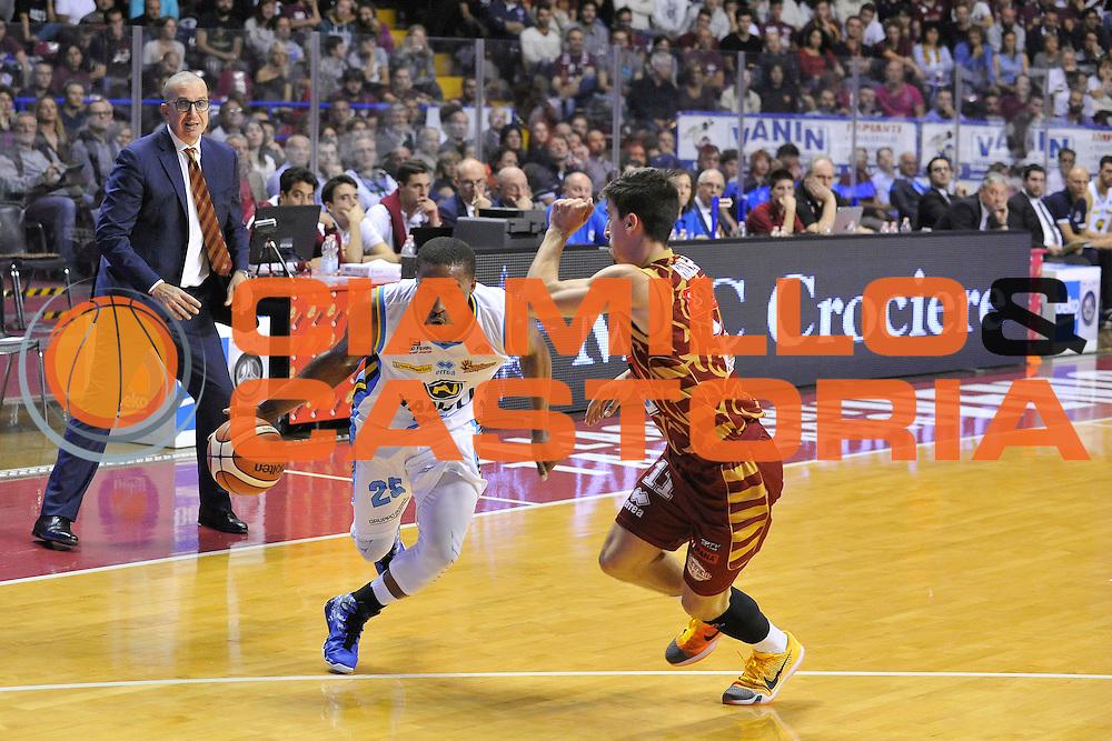 DESCRIZIONE : Venezia Lega A 2015-16 Umana Reyer Venezia - Vanoli Cremona<br /> GIOCATORE : Tyrus McGee<br /> CATEGORIA : Palleggio<br /> SQUADRA : Umana Reyer Venezia - Vanoli Cremona<br /> EVENTO : Campionato Lega A 2015-2016 <br /> GARA : Umana Reyer Venezia - Vanoli Cremona<br /> DATA : 25/10/2015<br /> SPORT : Pallacanestro <br /> AUTORE : Agenzia Ciamillo-Castoria/M.Gregolin<br /> Galleria : Lega Basket A 2015-2016  <br /> Fotonotizia :  Venezia Lega A 2015-16 Umana Reyer Venezia - Vanoli Cremona