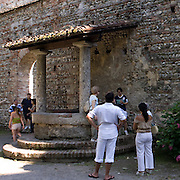 Il pozzo del castello visconteo di Trezzo. Si narra che il castellano attirasse le amanti per declamare loro poesie , e poi le gettasse nel pozzo per eliminare testimoni scomodi...Well of the Visconti castle in Trezzo.Tourist guide explains how the Bernabò Visconti pushed his mistresses in the well, to delete witnesses uncomfortable .