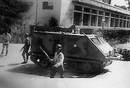 Un miembro de la Policia Nacional se toman  la Universidad de El Salvador donde  capturaron a estudiantes y profesores  violando la autonomia universitaria 1980.(IL Photo).