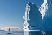 Gigantischer Eisberg mit Segelboot, Antarktis