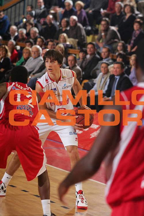 DESCRIZIONE : Reggio Emilia Campionato Lega Basket A2 2011-12  Trenkwalder Reggio Emilia  Giorgio Tesi Group Pistoia<br /> GIOCATORE : Viglianisi Kenneth<br /> SQUADRA :  Trenkwalder Reggio Emilia<br /> EVENTO : Campionato Lega Basket A2 2011-2012<br /> GARA : Trenkwalder Reggio Emilia  Giorgio Tesi Group Pistoia<br /> DATA : 25/11/2011 <br /> CATEGORIA : palleggio<br /> SPORT : Pallacanestro <br /> AUTORE : Agenzia Ciamillo-Castoria/FotoStudio13<br /> Galleria : Lega Basket A2 2011-2012 <br /> Fotonotizia : Reggio Emilia Campionato Lega Basket A2 2011-12  Trenkwalder Reggio Emilia  Giorgio Tesi Group Pistoia<br /> Predefinita :
