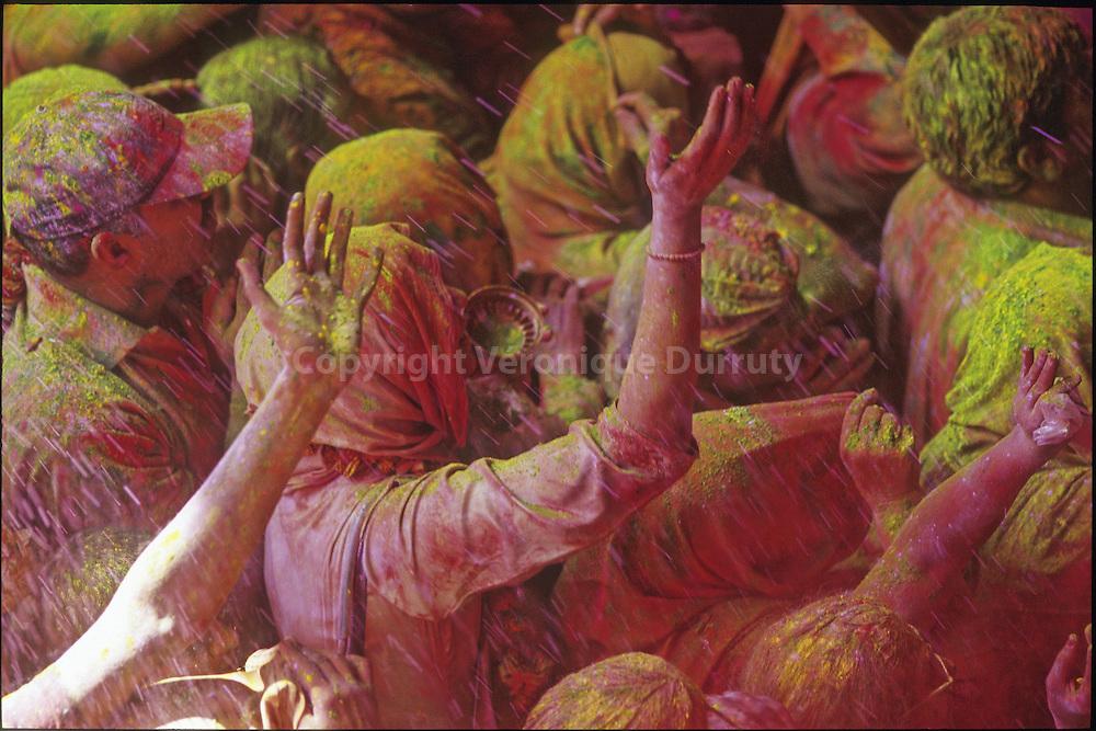 HOLI FESTIVAL, INDA. For Holi festival - the festival of colors- enhancing Krishna and Radha love, indian people throw themselves colored powders. Here in Vrindaban temple, where Holi is very strong because it is the place where Lord Krishna was born. // FETE DE HOLI A VRINDAVAN, UTTAR PRADESH, INDE.  Lors de la fete de Holi, -fete des couleurs- qui celebre les amours de Krishna et Radha, les indiens se jettent de la poudre les uns sur les autres. La foule dans le temple de Vrindaban essaie de se frayer un chemin au plus proche du saint de saints, afin d acceder aux jets de poudre lances par les brahmanes. Chaque couleur a sa signification, le jaune donne le sentiment religieux, le vert la vitalite, le rouge la purete.