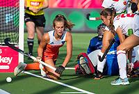 ANTWERPEN -  Xan de Waard (Ned) met Alejandra Torres-Quevedo (Esp)  tijdens  hockeywedstrijd  dames,Nederland-Duitsland ,   bij het Europees kampioenschap hockey.   COPYRIGHT KOEN SUYK