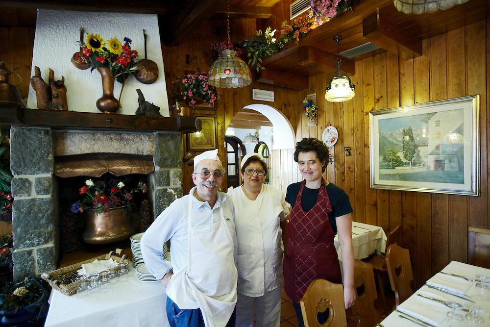 Tenno (TN) -  Frazione di Cologna -  Ristorante &quot;Pie' di Castello&quot;: Giorgio Benini con la moglie e una<br /> cameriera.