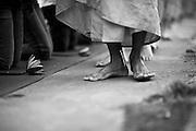 Füße von Mönchen, die früh Morgens die Straße entlang laufen um die tägliche Gabe der Menschen entgegen zu nehmen.