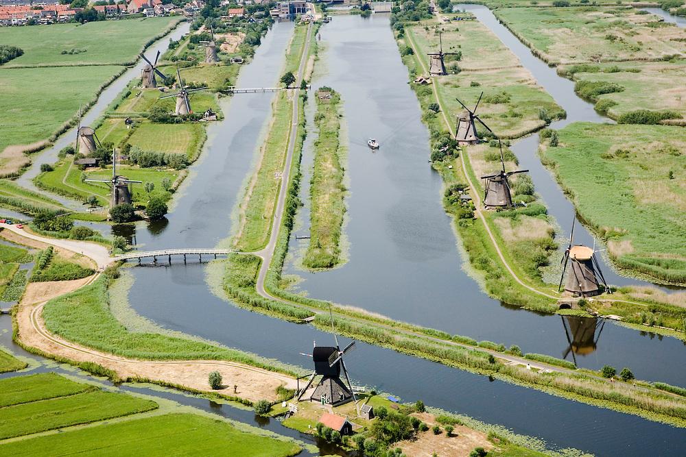 Nederland, Zuid-Holland, Kinderdijk, 04-07-2006; boezems van de polder Nieuw-Lekkerland, onderdeevan de Alblasserwaard; windmolens gebruikt voor het droogmalen van de polder en voor de waterhuishouding (het bemalen); de molens behoren bij het wereld cultureeerfgoed (Unesco); zie ook andere luchtfoto's van deze lokatie..Windmills for pumping the water out of the polder (the drainage). The Mill Network at Kinderdijk-Elshout is part of the  World Heritage of Unesco. More pics available of this location..luchtfoto (toeslag); aerial photo (additional fee required); .foto Siebe Swart / photo Siebe Swart