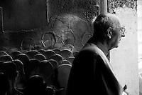 Lecce - Processione precedente la Santa Messa in onore del Santo. Religioso nel Duomo di Lecce: alle sue spalle il portone in bronzo