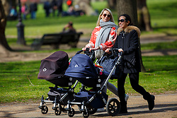 © Licensed to London News Pictures. 31/03/2016. London, UK. People enjoying sunshine in Green Park in central London on Thursday, 31 March 2016. Photo credit: Tolga Akmen/LNP
