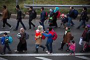 Flüchtlinge am Grenzübergang Sentilj -Spielfeld (Slowenien - Österreich). Geflüchtete werden von slowenischen Polizisten  in Richtung Grenze gebracht.