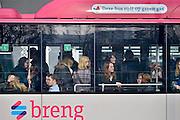 Nederland; Nijmegen; 9-3-2013Passagiers, reizigers, mensen, studenten stappen op een bus van Breng, onderdeel van Hermes. Stadsbus van regiovervoerder Breng rijdt sinds december 2012 op groen gas, biologisch gas wat uit gft afval wordt gewonnen bij o.a. de ARN in Weurt. Openbaar vervoer, busvervoer in de regio Arnhem Nijmegen.Foto: Flip Franssen/Hollandse Hoogte