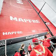© María Muiña I MAPFRE: Rob Greenhalgh a bordo del MAPFRE durante un entrenamiento costero. Rob Greenhalgh on board MAPFRE during an inshore training.