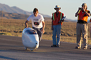 Ellen van Vugt gaat van start voor de eerste race van de WHPSC. In Battle Mountain (Nevada) wordt ieder jaar de World Human Powered Speed Challenge gehouden. Tijdens deze wedstrijd wordt geprobeerd zo hard mogelijk te fietsen op pure menskracht. Ze halen snelheden tot 133 km/h. De deelnemers bestaan zowel uit teams van universiteiten als uit hobbyisten. Met de gestroomlijnde fietsen willen ze laten zien wat mogelijk is met menskracht. De speciale ligfietsen kunnen gezien worden als de Formule 1 van het fietsen. De kennis die wordt opgedaan wordt ook gebruikt om duurzaam vervoer verder te ontwikkelen.Ellen van Vugt starts for the first race of the WHPSC. In Battle Mountain (Nevada) each year the World Human Powered Speed Challenge is held. During this race they try to ride on pure manpower as hard as possible. Speeds up to 133 km/h are reached. The participants consist of both teams from universities and from hobbyists. With the sleek bikes they want to show what is possible with human power. The special recumbent bicycles can be seen as the Formula 1 of the bicycle. The knowledge gained is also used to develop sustainable transport.
