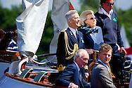 LOOSDRECHT - Koningin Beatrix staat aan het roer van De Groene Draeck tijdens de viering van het 100-jarig bestaan van de Koninklijke Watersport-Vereeniging 'Loosdrecht' (KWVL). ANP ROYAL IMAGES ROBIN UTRECHT