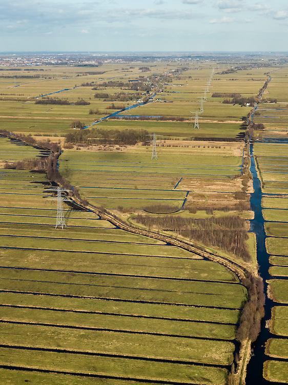 Nederland, Zuid-Holland, Gemeente Bergambacht, 20-02-2012; Krimpenerwaard met Polder Berkenwoude en op het middenplan Polder Achterbroek. De langwerpige verkaveling is ontstaan door het ontginnen van het veen vanuit de dorpen langs de rivieren Lek en Hollandsche IJssel (ontginningen met vrije opstreek). De achtergrens van de verkavelingen wordt gevormd door  Ouderkerkse Landscheiding (de houtkade, diagonaal met lichte kromming). Verder op het tweede plan, links van het midden naast de hoogspanningsmast, de eendenkooi Kooilust. Geheel rechts een tweede eendenkooi, Nooitgedacht (of de kooi van Verstoep). Links aan de horizon Gouda..Polder Berkenwoude and Polder Achterbroek in the Krimpenerwaard, two decoys for ducks. The land division (in lots) has been created by the reclamation of peat bog starting from the villages along the rivers Lek and Hollandsche IJssel..luchtfoto (toeslag), aerial photo (additional fee required);.copyright foto/photo Siebe Swart.