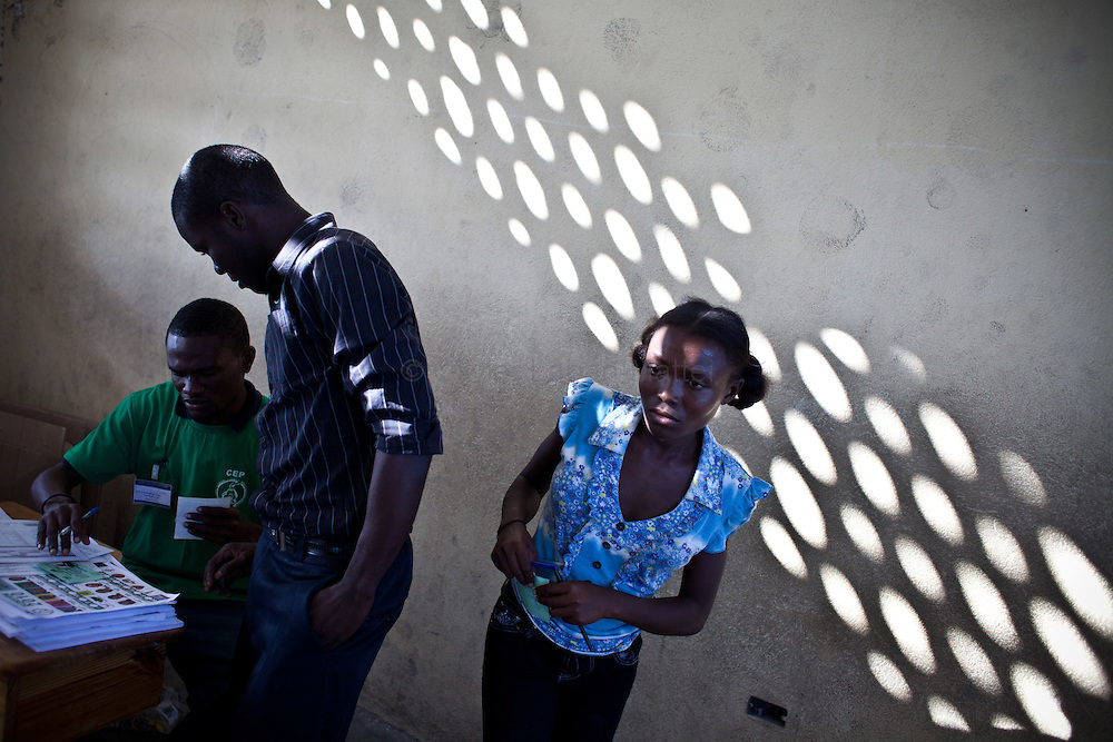 The presidential election in Haiti takes a bad way with fraud suspicions and troubles from some supporters in polling stations./// Assessors wait for the beginning of the vote for the presidential election, 28 november 2010 in a polling station of Cite Soleil, the biggest slum of Port-au-Prince.