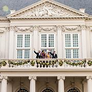 NLD/Den Haag/20190917 - Prinsjesdag 2019, Koning Willem Alexander, Koningin Maxima, Prinses Laurentien, Prins Constantijn op het balkon van het paleis