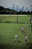 Hong Kong. ball game in cricket club  Victoria island   / la culture britannique ne perd pas ses droits: match de boules sur les hauteurs de Victoria.  / R00057/56    L940702b  /  P0000328