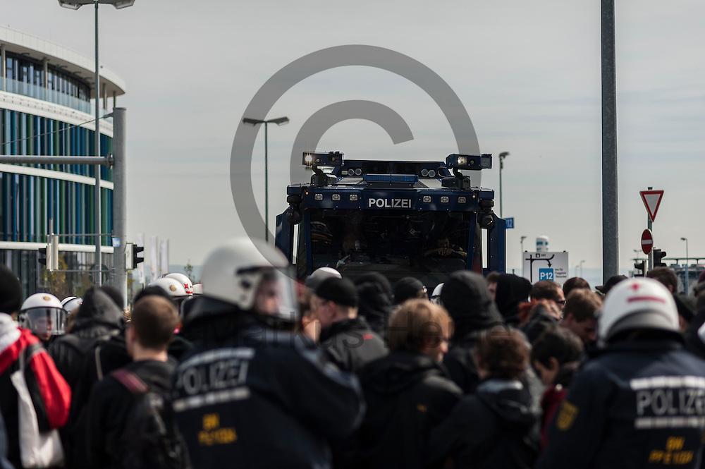 Ein Wasserwerfer der Polizei steht w&auml;hrend der Proteste gegen den AFD Parteitag am 30.04.2016 in Stuttgart, Deutschland hinter einer eingekesselten Gruppe Demonstranten. Die rechtspopulistische Partei m&ouml;chte auf ihrem Bundesparteitag ihr Parteiprogramm verabschieden. Mehrere Tausend Menschen versammelten sich um gegen die Tagung zu demonstrieren. Foto: Markus Heine / heineimagingw&auml;hrend der 1. Mai Plauen Proteste und Gegenprotest am 30.04.2016 in Plauen, Deutschland. Hunderte Menschen demonstrierten gegen einen Aufmarsch rechtsextremen Kleinpartei der 3. Weg. Bei den Demonstrationen kam es zu heftigen Auseinandersetzungen mit der Polizei. Foto: Markus Heine / heineimaging<br /> <br /> ------------------------------<br /> <br /> Ver&ouml;ffentlichung nur mit Fotografennennung, sowie gegen Honorar und Belegexemplar.<br /> <br /> Bankverbindung:<br /> IBAN: DE65660908000004437497<br /> BIC CODE: GENODE61BBB<br /> Badische Beamten Bank Karlsruhe<br /> <br /> USt-IdNr: DE291853306<br /> <br /> Please note:<br /> All rights reserved! Don't publish without copyright!<br /> <br /> Stand: 04.2016<br /> <br /> ------------------------------