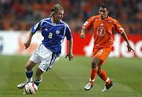 Fotball<br /> VM-kvalifisering<br /> Nederland v Finland<br /> 13. okober 2004<br /> Foto: Digitalsport<br /> NORWAY ONLY<br /> TEEMU TAINIO (FIN) / NIGEL DE JONG (NET) *** Local Caption *** 40001371
