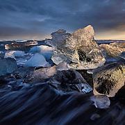 JÖKULSARLON, VATNAJÖKULL, ISLAND, ICELAND, riesige Eisberge brechen von der Gletscherzunge des Breioamerkurjökull (gehört zum Vatnjajökull) ab und treiben in Islands tiefsten See dem Jökulsarlon, bis sie über den Fluss dem Jökulsa a Breioamerkursandi im offenen Meer enden, oder an den Strand gespühlt werden und dort in der Sonne wie Eiswürfel schmelzen.