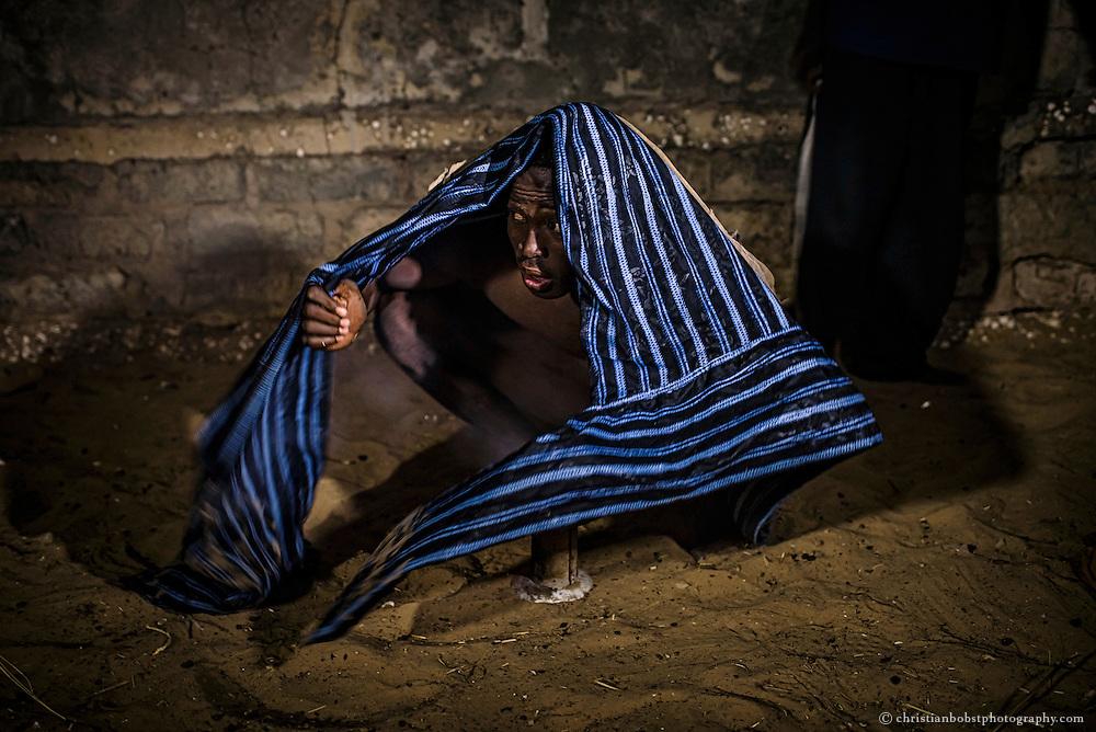 Zu den mystischen Ritualen, welche die Ringer vor einem Kampf zelebrieren, gehört auch das inhalieren von geweihtem Rauch. Der Ringer verwendet dazu ein Tuch, welches er beim Kampf um den Unterleib trägt.