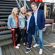 NLD/Amsterdam/20180425 - Boekpresentatie Erik de Zwart - 40 jaar Topjaren, Erik en zijn partner Marika van den Brink en kinderen Merel en Jasmjn