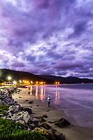 Homem pescando na Praia da Armação ao anoitecer. Florianópolis, Santa Catarina, Brasil. / Man fishing at Armacao Beach at dusk. Florianopolis, Santa Catarina, Brazil.