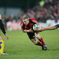 Munsters Keith Earls takes on the Clermont Auvergne defense in thier meeting in the Heineken Cup game in Thomand Park on Saturday.<br /> Pic. Brian Arthur/ Press 22