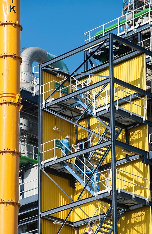 Nederland, Rotterdam, 4 maart 2013.Chemisch bedrijf Huntsman, industriegebied Rotterdam..Technisch personeel loopt voorbij.Foto(c): Michiel Wijnbergh