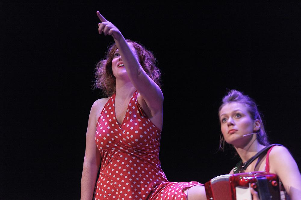 Performance of the comedian/ singer duo Maartje & Kine at the Groninger Studenten Cabaret Festival //  Optreden van het muzikale duo Maartje & Kine op het 24e Groninger Studenten Cabaret Festival in de Stadsschouwburg te Groningen.