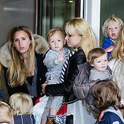 NLD/Amsterdam/20120604 - Vertrek Nederlands Elftal voor EK 2012, Daisy Vorm n zoon met rechts Charlotte - Sophie Heitinga - Zenden met kinderen