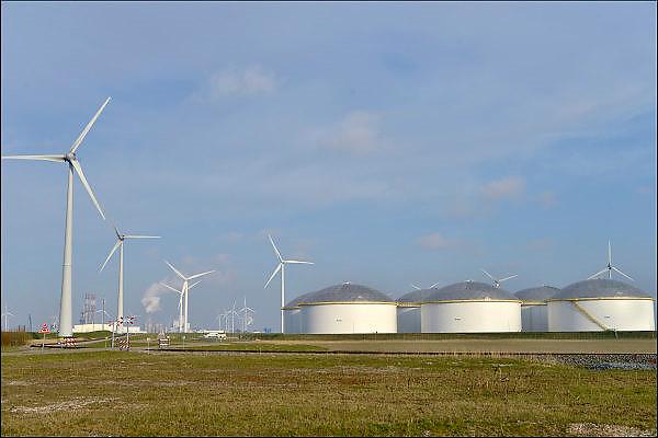 Nederland, Groningen, 15-4-2015In de Eemshaven heeft het opslagbedrijf Vopak een olieterminal met 11 opslagtanks staan.FOTO: FLIP FRANSSEN/ HOLLANDSE HOOGTE