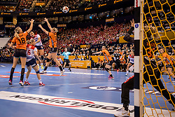 15-12-2017 DEU: 23rd Women World Championship Netherlands - Norway, Hamburg<br /> Quarter final - De Nederlandse handbalsters vervolgen hun gouden WK-droom. Nederland bleek woensdagavond in de kwartfinales te sterk voor Tsjechi&euml;, maar het ging moeizaam. Uiteindelijk trok Nederland aan het langste eind: 30-26. / Nora Mork #9 of Norway, Danick Snelder #10 of Netherlands, Kelly Dulfer #18 of Netherlands