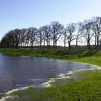 fotografie frank uijlenbroek©2002 michiel van de velde.020214 dalfsen ned.het hoge water in en rondom de vecht gaf mooie sfeerbeelden waar het water bijna de dijken bereikt